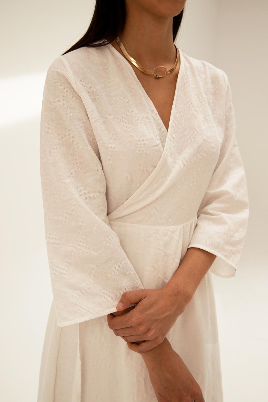 Keten Kendinden Çiçek Dokulu Kruvaze Astarlı Beyaz Kadın Elbise